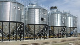 Storage tanks with loading and unloading features