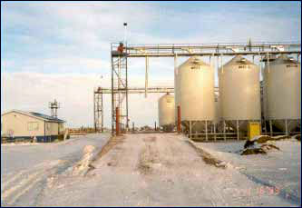 Magnum-G hopper tank stores grain or feed